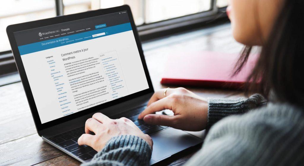 5365 Woman working on Space Gray MacBook 1024x558 - Comment et pourquoi faut-il fréquemment faire des mises à jour avec WordPress ?